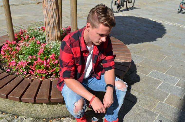 Sitzend_blickunten_Luca